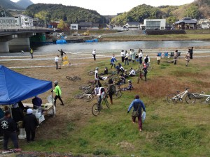 内子小田川シクロクロス大会 走り終えた人と自転車
