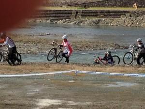 内子小田川シクロクロス大会 自転車を担ぐ